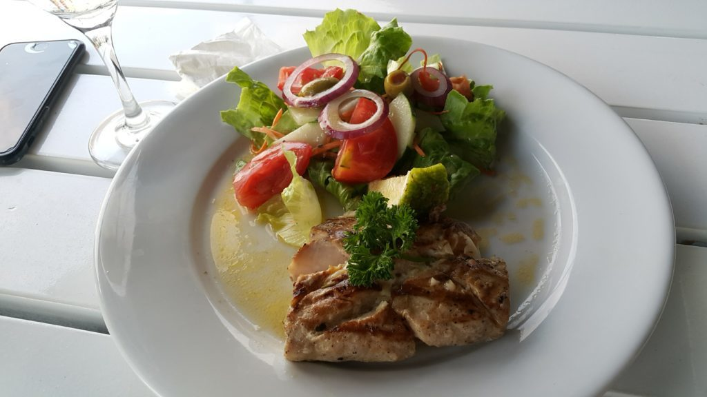 フィジーデナラウ港 レストラン ルル 地元の魚ワル