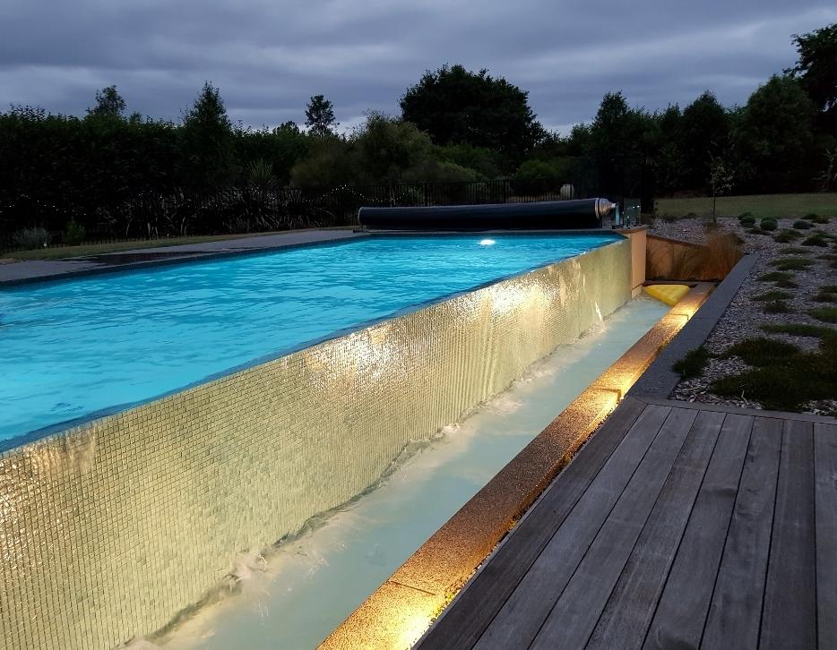 ニュージーランドの家 夜のプール