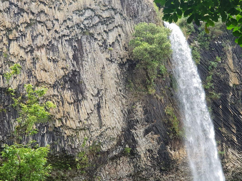 ラグラン 花嫁のベール滝 岩肌